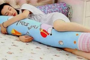 Tại sao phụ nữ thích ôm gối khi ngủ? Những lợi ích bất ngờ từ việc ôm gối ôm khi ngủ là gì?