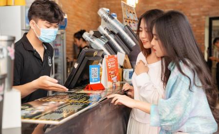 quet-qr-code-tha-ga-nhan-qua-bao-la-cung-thu-thach-san-sale-1260.html