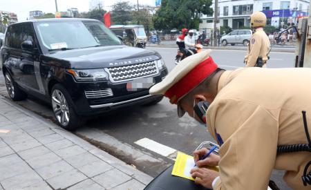 Ngày đầu cảnh sát dán thông báo 'phạt nguội' trên kính ôtô